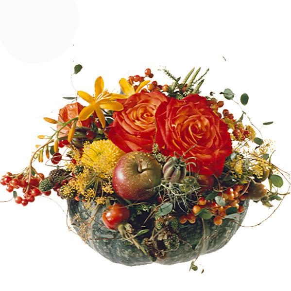 Kürbisgesteck in herbstlichem orangerot mit Rosen, Apfel, Beeren