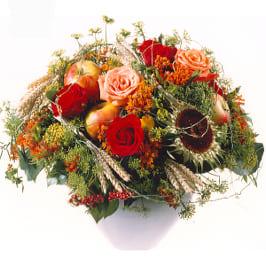 Herbststrauss mit Rosen, Ähren, Früchten und feinem Grün
