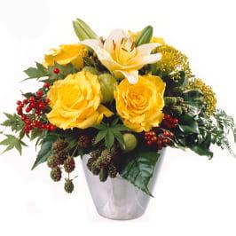 Herbststrauss in Gelb mit Lilien, Rosen, Beeren und Herbstgrün.