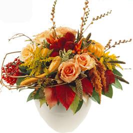 Saisonstrauss mit Rosen, Zierkürbis, Früchten und herbstliches Grün.
