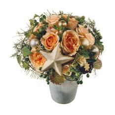 Heller Adventsstrauss mit hellen Rosen, Weihnachtskugeln, einem Stern und Beiwerk