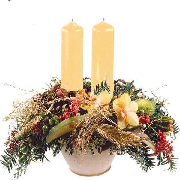 Edles Kerzengesteck mit creme Kerzen, edlem Topf, Orchideen, Advent und Beeren