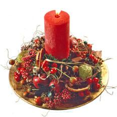 Klassisches Kerzengesteck mit roter Kerze, Früchten, Beeren, Stern, Tanne, Konifere, Orangenscheiben und advents Beiwerk. Sehr weihnachtlich duftend.