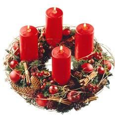 Adventskranz mit roten Kerzen, Tanne, Zimt, Zapfen, Beeren und Früchten