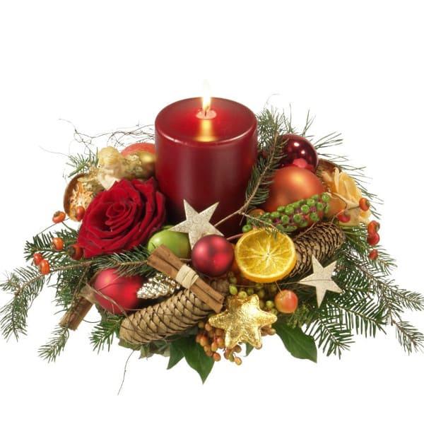 Adventsgesteck mit roter Kerze, Zapfen, Zimt, Orangenscheiben, Tanne, Stern und Weihnachtskugeln