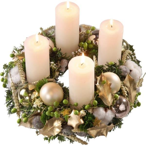 Adventskranz mit weissen Kerzen, Tanne und Kugeln