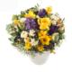 Frühlingsgesteck mit Rosen, Frühlingsblumen in Blautönen