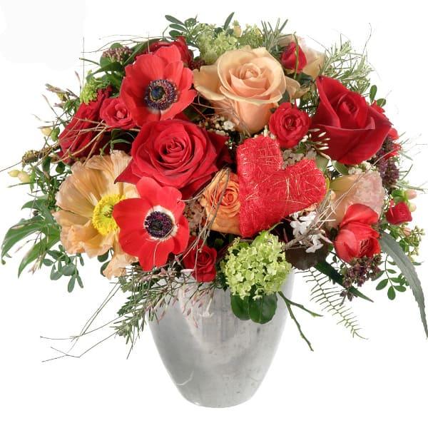 """Blumenstrauss """"Verliebt"""" mit roten Rosen, Anemonen, Germini, Ranunkeln, Beeren und einem Sisal Herz"""