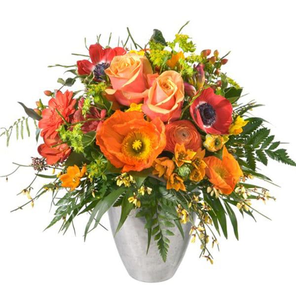 Kräftiger Frühlingsstrauss mit Rosen, Anemonen, Ranunkeln, Freesie und feines Beiwerk