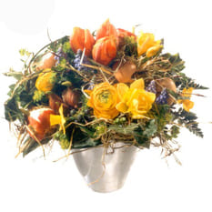 Neststrauss mit Ranunkeln, Tulpen, Narzissen und Zwiebeln