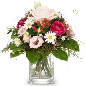 Schön dass es dich gibt romantischer Strauss mit Rosen, Nelken, Eustoma, Margriten, Hypericum feines Saisongrün.