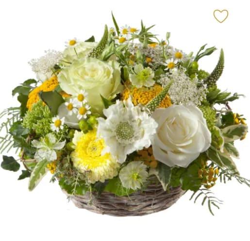 Sonnige Tage gesteckter Korb mit Rosen, Germini, Margriten, Alchemilla, Achillea, feines Grün, Sommerflor
