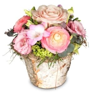 Gesteck mit Rosen, Ranunkeln, Freesie, Eustoma, Grün für den Valentinstag am 14. Februar 2021 - Lieferung am gleichen Tag